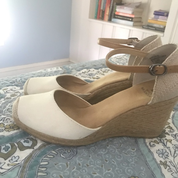 White Mountain Shoes - Super cute summer Mary Janes!
